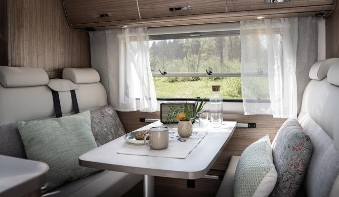 De dinette voor in de Rent Easy Family Extra camper