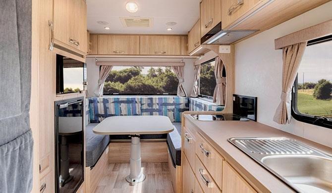 Het interieur van de Lets Go 3 Berth Cruiser camper