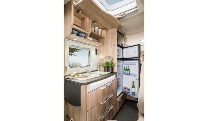 De compacte keuken in de Rent Easy Active First camper