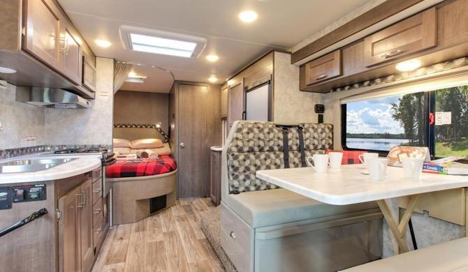 Het luxe interieur van de Four Seasons C-Large camper